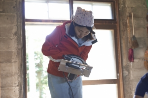 中古物件のセルフリノベーション準備中のMさん。丸ノコに初挑戦。  photo Mihoko Tsujita