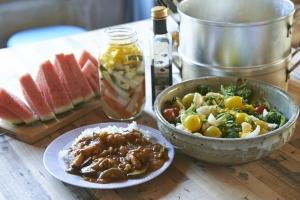 本日は夏野菜のカレーとサラダ。新じゃがにスイカです。  photo Mihoko Tsujita