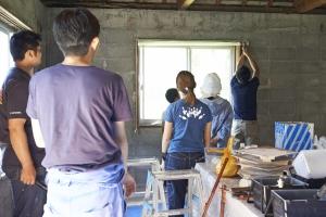 次はコンクリートブロックの壁にペンキをを塗ります。肝心な養生から。