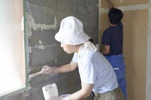 初参加のKさん。ハケチームが先行して窓周りや隅を塗り塗り。