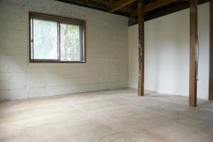 元和室。床にステインを塗ります。