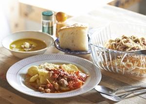 今日のメインは自家製ベーコンとトマトソースのにニョッキ。かぼちゃのスープと大根のサラダにフォカッチャ。