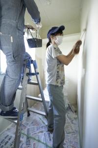トイレチーム、壁塗り進んでます。