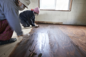 木目に沿って、塗っては拭き取りを繰り返す。