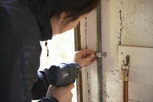 鉄菅をコンクリートブッロクの壁に固定します。
