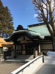 大安寺本堂。打ち合わせの時はまだ雪がありました。