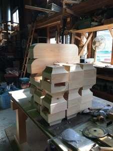 桧で斗(ます)と秤肘木(はかりひじき)を作りました。天井材も加工して北海道へ。