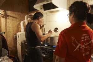 キッチンでは札幌より、麺匠赤松さんが到着。