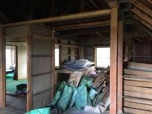 解体することで増えるのがたくさんの廃材。薪にしたり、使えるものは再利用したりします。