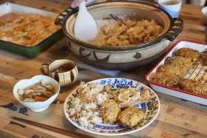 土鍋で炊いた鳥飯とけんちん汁。