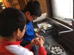 小,中学生チームは昼食の準備。