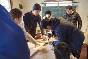 1/1で描いた角度に木材を置いてビスで組み合わせていきます。