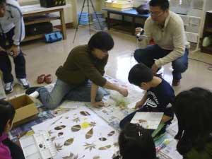 たるまる学校 in 苫小牧市立樽前小学校 - 12月10日に苫小牧市立樽前小学校で出張体験講座「たるまる学校」を開講しました。普段の授業に樽前arty+が登場し、いつもと違うものの見方を発見してきました。