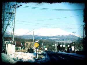 月花 fullmoonparty in tarumae - 2014/9/99月の月花は、昨年に引き続き、樽前arty+とのコラボで開催します!ゲストは昨年11月にも来苫して、小笠原古謡をうたってくれた、オケイさん!!今回は樽前山の麓で、小笠原スピリットを披露してくれます!苫小牧の神様とのコラボは楽しみですね!アクセスは非常に不便ですが、お誘い合わせてタクシーなど乗り合いでお越しください!テントを張る場所もありますから、テントご持参でも構いませんよ!樽前山の麓、御鎮守さまに守られながら、満月の光のもと、花を愛で素敵な音楽とお酒に酔いしれましょう!9月9日(火)19:00頃~場所:ギャラリーLEO -GUEST LIVE-okei  from 小笠原小笠原諸島に古くから伝わる古謡,そしてゆったりしたオリジナル曲で島好きの心を震わせ、唄うシンガー。透明感のある歌声で聴く人を癒す。小笠原の海、空の色、風のにおいなどを唄を通して伝えている。小笠原と内地の 架け橋となるイベントやライブ他、ラジオなど多方面で活躍中。樽前arty+代表藤沢レオの作品と、花挿し米田嘉慎(さむ川生花店)のコラボ実現か!!乞うご期待!!>>月花 fullmoonparty FBページ