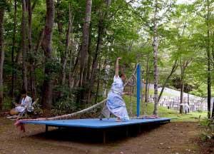 札幌芸術の森にて、樽前に滞在中の田中康晃さんのプロジェクトは終了いたしました。 - 樽前arty+のAIRプログラムで樽前に滞在中の田中康晃さんのプロジェクト。札幌芸術の森で開催中の「Sprouting Garden」に出展中の私の舞台状の作品「Sculpture of a scene」上でパフォーマンスを行い、無事終了しました。二日間の開催で、たいへん多くの方々にご覧いただき、ありがとうございました。衣装作品、舞台装置:田中康晃舞踊:清水フミヒト・矢萩もえみ舞台状の作品:藤沢レオ協力:観客の皆さん   札幌芸術の森美術館   樽前arty+9月後半には樽前にて、AIR+の成果展も計画しております。また、お知らせいたします!!