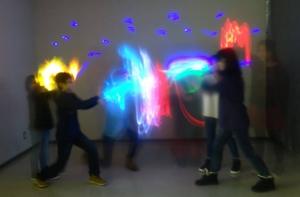 『たるまる学校にアーティストがやって来る!!2016』無事終了!! - 12月10日『たるまる学校にアーティストがやって来る!!2016』無事終了しました!千歳科学技術大学の青木先生率いるライトアート工房と札幌大谷大学芸術学部美術学科の有志の学生たちも来てくれて、大賑わい!第一部「Light grafitti」第二部「Night watch」どちらも多くの親子参加者に恵まれ、見えない完成の姿をイメージしながら試行錯誤を繰り返していました。完成を見るまでは不安と好奇心でドキドキ。見た瞬間の歓声は本当に嬉々としたものでした!来年もたるまる学校にアーティストがやって来ま〜す!