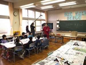たるまる学校ー空から見たちょっと未来の植苗』 - 1月1日今日は苫小牧市立植苗小学校の3年生のクラスにお邪魔し、『たるまる学校ー空から見たちょっと未来の植苗』をワークしました。台紙から作り始め、構成からパーツ選びに着彩、組み立てと休憩も取らずに作り続けました。講師を務めた藤沢レオもただただ見守り役。児童も保護者も想像力フル活用で一気に完成!最後は、それぞれの植苗を合体させて、みんなの植苗ができあがりました!授業中は地元メディアの苫小牧民報とNHK室蘭放送局も取材にきていただき、児童も鼻高々で取材に応じていました。