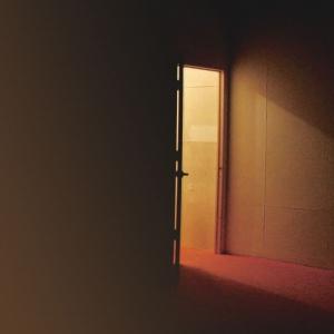 今村育子 - 美術家1978年北海道札幌市生まれ。主に日常の中にある些細な光景をモチーフにインスタレーション作品などを制作。訪れる者は一筋のほのかな明かり、かすかな音、影や気配など仕掛けられた要素によって五感が揺り起こされ、遠い記憶や自己を呼び起こされる。