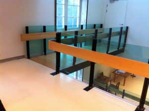 手すりや階段など、木材の使い方が日本とちがうなあ