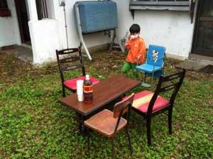 さ、休憩しようか。椅子もテーブルもこの家にあった物です。