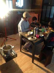 テーブル、椅子、カセットコンロを持ってきて、パンとシチューを食べました
