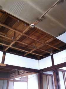 居間の天井を剥がして行くと・・