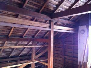 下から見る屋根。当初はマサ葺き(割った木の板を張った屋根)だったそうです。