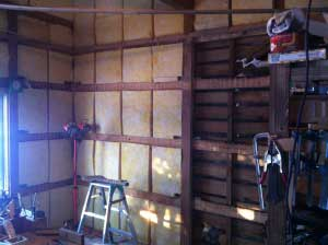 壁に断熱材を。貫の裏や床との境目にもグラスウールをいれます。