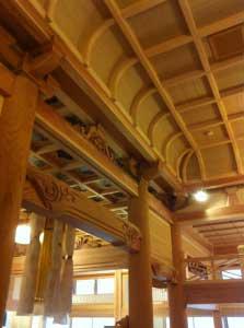 内部の仕事はほぼ完成。こちら内陣(ないじん)の折上げ格天井