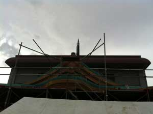 屋根が葺き終わり、足場が解体されるまでしばしのお別れ。また来ます!