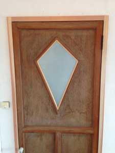 扉は頂き物の納屋の建具。ぴったりでした。