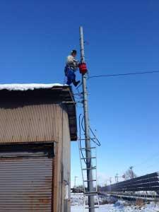 外では新しい電柱を建てて配線作業中。
