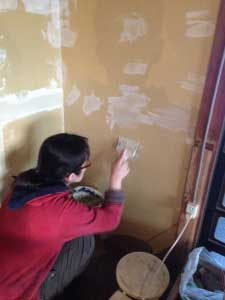 ヨメさんが壁のパテ処理。真剣すぎて怖い