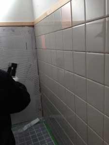 接着剤の付け方と壁タイル貼りの実演。