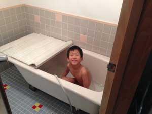シャワーはまだ無いけど洗面所から引いて初風呂!